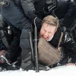 1月31日、ロシア・サンクトペテルブルクで、反体制派指導者アレクセイ・ナワリヌイ氏を支持するデモに参加し、警官に拘束される男性(AFP時事)