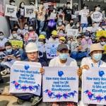 22日、ミャンマーの最大都市ヤンゴンでクーデターに抗議するデモ隊(時事)