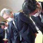 自民党へ離党届を提出した後、謝罪する(左から)大塚高司、松本純、田野瀬太道の3氏=1日午後、東京・永田町の同党本部(時事)