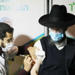 新型コロナウイルスのワクチン接種を受けるイスラエルの男性=14日、エルサレム(EPA時事)