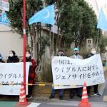 抗議集会で中国を批判する在日ウイグル人ら5日、東京・元麻布の駐日中国大使館前(川瀬裕也撮影)