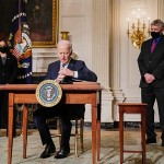 先月27日、米ホワイトハウスでクリーン・エネルギーを奨励する一連の大統領令に署名したバイデン大統領(UPI)