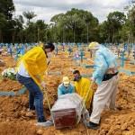 ブラジルの新型コロナウイルス犠牲者の埋葬=1月5日、北部マナウス(AFP時事)