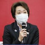 東京五輪・パラリンピック組織委員会の新会長に就任し、記者会見する橋本聖子氏=18日午後、東京都中央区(代表撮影)