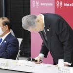 東京五輪・パラリンピック組織委の理事、評議員らの合同懇談会で辞任を表明し、一礼する森喜朗会長(右)=12日午後、東京都中央区(代表撮影)