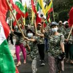 ミャンマー総選挙の結果について調査を求める国軍の支持者たち=1月30日、ヤンゴン(AFP時事)