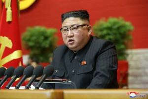 1月5日、平壌で開幕した朝鮮労働党第8回大会で、党中央委員会活動に関する報告を行う金正恩委員長(朝鮮通信・時事)