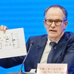 9日、中国・武漢市内で記者会見する世界保健機関(WHO)のピーター・ベンエンバレク氏(AFP時事)