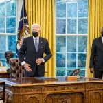 1月25日、米ホワイトハウスでトランスジェンダーの軍務解禁を命じる大統領令に署名したバイデン大統領(左)とオースティン国防長官(UPI)