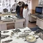 丹羽優太が京都の住職らとともに作り上げた作品は家庭科室とマッチしていた