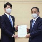鈴木直道北海道知事(左)から北方領土問題解決を求める要望書を受け取る菅義偉首相=2020年11月10日、首相官邸(時事)