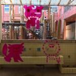 ガラス窓に描かれたアートが校庭の遊具とマッチしていた