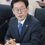 韓国京畿道知事の李在明氏=2018年6月、京畿道水原市(EPA時事)
