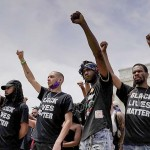 2020年6月6日、米ワシントン市内で開かれた人種差別抗議集会でこぶしを挙げる黒人参加者(UPI)