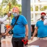 マニラ首都圏の商業施設で体温測定を行う警備員