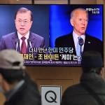 韓国の文在寅大統領(画面左)とバイデン米大統領(同右)のニュース映像=2020年11月、ソウル(AFP時事)