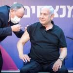 新型コロナウイルスのワクチン注射を受けるイスラエルのネタニヤフ首相=1月9日、テルアビブ近郊ラマトガン(EPA時事)