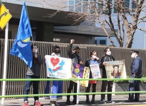 漢語教育の撤回を求め声を上げるモンゴル族の人々=21日午前、東京都港区(辻本奈緒子撮影)