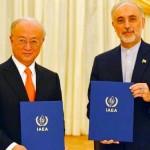 核合意の「行動計画表」を示す国際原子力機関(IAEA)の天野之弥事務局長とイランのサレヒ原子力庁長官(2015年7月14日、IAEA提供)