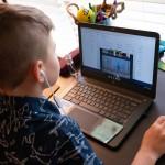 対面授業が中止となり、米メリーランド州の自宅でオンライン授業を受ける生徒=2020年4月30日(UPI)