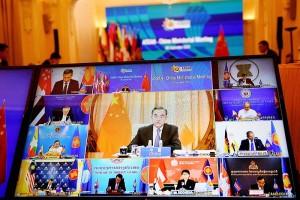 2020年9月9日、ベトナムが主宰してオンラインで開かれた東南アジア諸国連合(ASEAN)関連の閣僚会合で発言する中国の王毅外相(画面中央)(AFP時事)