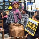 在ソウル日本大使館前に違法設置された「慰安婦像」。慰安婦問題をめぐる反日集会の拠点になっている(2019年12月撮影)