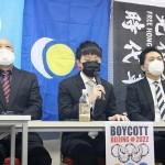 記者会見で北京冬季五輪へのボイコットを呼び掛ける香港民主活動家のウィリアム・リー氏(中央)=4日午後、東京都港区(石井孝秀撮影)
