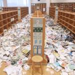 約8万冊の蔵書が本棚から落下、散乱した本