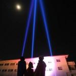 震災から10年、浪江小で追悼のサーチライト