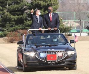 17日に韓国を訪問し、徐旭国防相と共に歓迎式典に出席するオースティン米国防長官(右)(EPA時事)