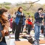 韓国の大学共通入試を前に子供の合格を寺院で祈祷する父兄たち=2014年11月(韓国紙セゲイルボ提供)