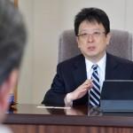 濱口和久拓殖大学防災教育研究センター長と対談を行う大西一史熊本市長 =25日午後、熊本市役所