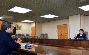 大西一史熊本市長(右)と対談する濱口和久拓殖大学防災教育研究センター長=熊本市役所(森啓造撮影)