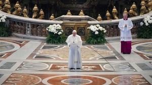 フランシスコ教皇、昨年の復活祭は信者のいないサンピエトロ大聖堂で記念礼拝をした(2020年4月12日、バチカンニュースから)