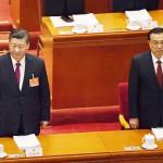 5日、北京で、全国人民代表大会(全人代)の開幕式に臨む中国の習近平国家主席(左)と李克強首相(AFP時事)