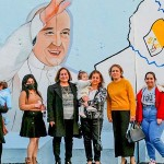 フランシスコ教皇訪問の看板を背にするイラクのキリスト信者たち(バチカンニュース2021年2月23日から)