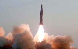 25日に北朝鮮が発射した新型戦術誘導ミサイル=朝鮮中央通信が26日に配信(AFP時事)