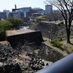 特別見学通路からの城内。被災当時から手つかずの場所も見られる (2021年2月撮影)