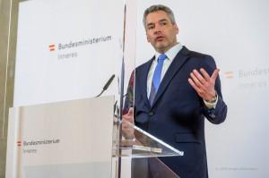 「2020年犯罪統計」を公表するネハンマー内相(2021年3月18日、オーストリア内務省公式サイトから)