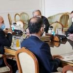 2月21日、テヘランで会談するイランのザリフ外相(左)と国際原子 力 機 関(IAEA)のグロッシ事務局長(右)(AFP時事)