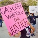 3月20日、米ロサンゼルスで車を暴走させて女性を死亡させた犯人を、ソロス氏の支援で当選したジョージ・ガスコン地方検事が訴追していないことに抗議する遺族ら(UPI)