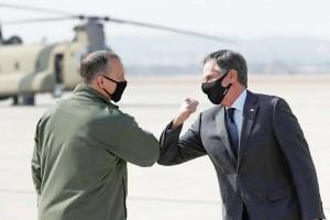 17日、韓国・ソウル南方の烏山空軍基地に到着したブリンケン米国務長官(右)(AFP時事)