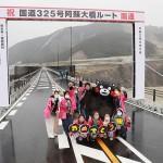 崩落の阿蘇大橋が開通、観光復興に弾み