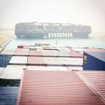 スエズ運河で大型船が座礁、航路をふさぐ
