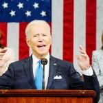 28日、米上下両院合同会議で演説するバイデン大統領(中央)(AFP時事)