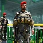 カブールで警戒するアフガニスタン兵=21日(AFP時事)