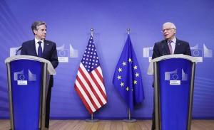 3月24日、ブリュッセルで記者会見する欧州連合(EU)のボレル外交安全保障上級代表(外相)(右)とブリンケン米国務長官(EPA時事)