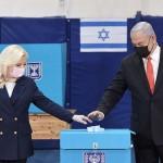 3月23日、イスラエル・エルサレムで投票するネタニヤフ首相(右)と夫人(イスラエル政府報道局提供)