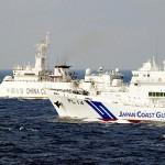 沖縄県・尖閣諸島海域で、中国公船(奥)を監視する海上保安庁の巡視船(海上保安庁提供)