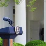 ホワイトハウスでバイデン米大統領(右)と共同記者会見する菅義偉首相=16日、ワシントン(首相官邸のツイッターより)